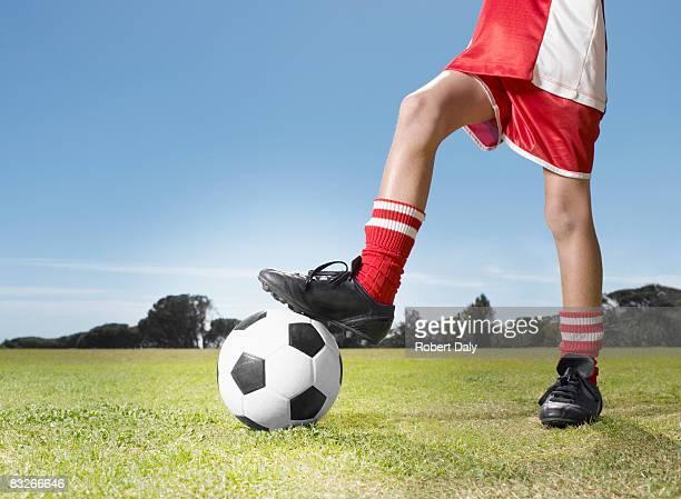 Young boy で均一なサッカーボールを停止