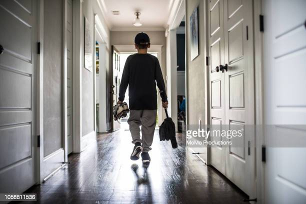 young boy leaving for baseball practice - abschied stock-fotos und bilder