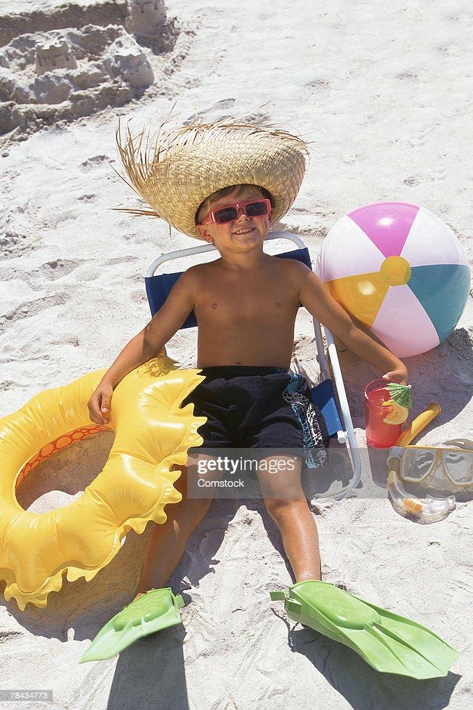 Young boy on beach : Stockfoto