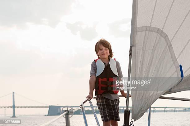 Giovane ragazzo a bordo di uno yacht