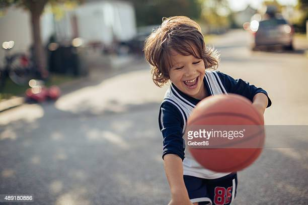 Young boy playing baloncesto
