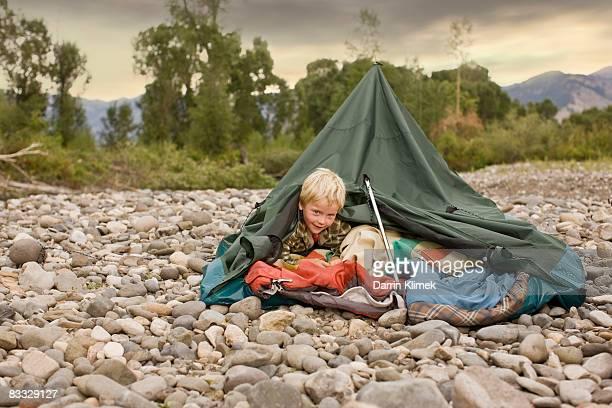 Junge spielt in zusammengebrochen Zelt