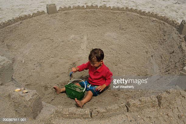 young boy (3-4) playing in sand, myrtle beach, sc, elevated view - file:myrtle_beach,_south_carolina.jpg stock pictures, royalty-free photos & images