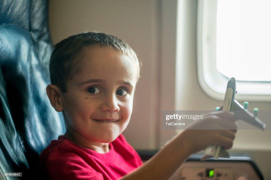 Jeune garçon jouant avec jouet avion : Photo