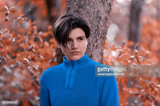 young boy portrait in the forest - edoardogobattoni foto e immagini stock