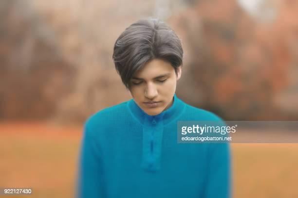 young boy portrait in the park - edoardogobattoni foto e immagini stock