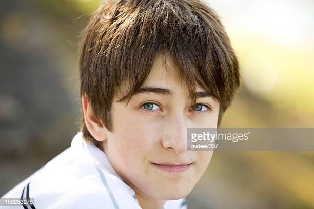 portrait de jeune garçon sur l'arrière-plan de la nature