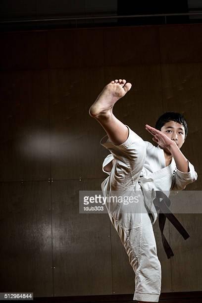 若い 少年 練習空手