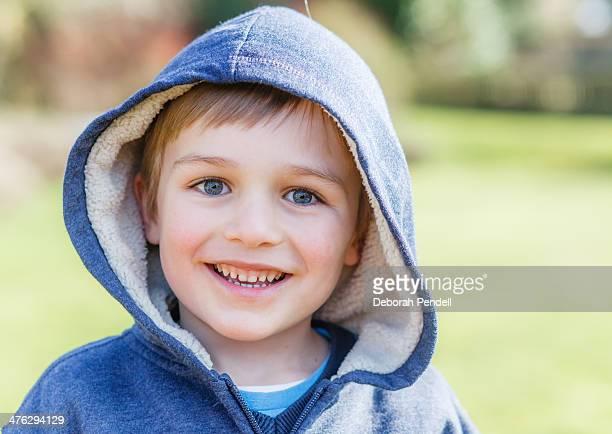 young boy smiling in the garden - olhos azuis - fotografias e filmes do acervo