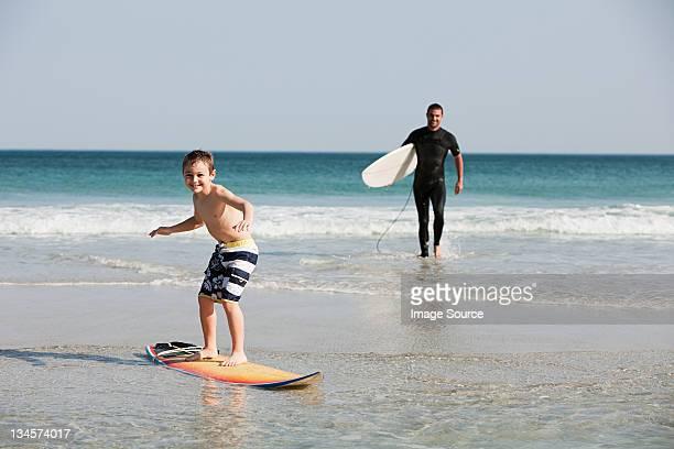 Jovem rapaz surf na água, Raso