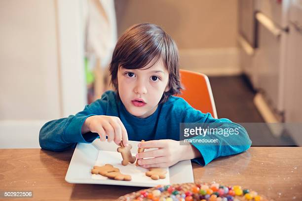 """menino surpreso brincando com biscoitos de gengibre em casa. - """"martine doucet"""" or martinedoucet - fotografias e filmes do acervo"""