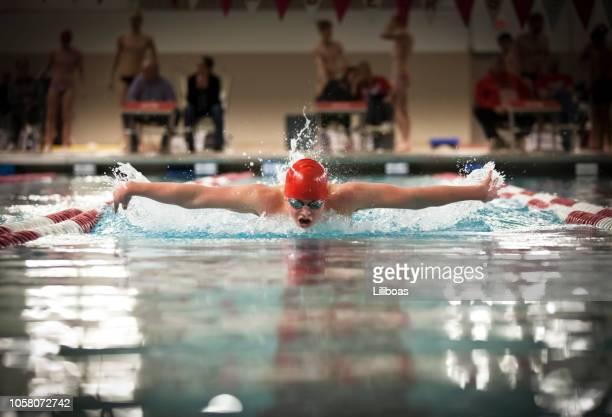 jovem rapaz nadar borboleta stroke para esportes - patio de colegio - fotografias e filmes do acervo