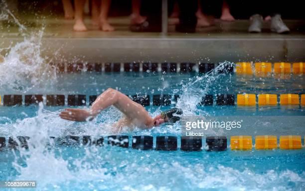 jovem rapaz natação freestyle acidente vascular cerebral para esportes - patio de colegio - fotografias e filmes do acervo