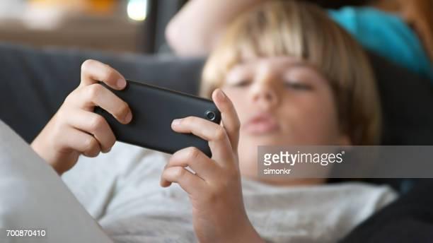 Young boy 携帯電話を使用する