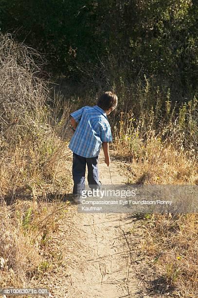"young boy (4-5) walking on dirt road, rear view - ""compassionate eye"" - fotografias e filmes do acervo"