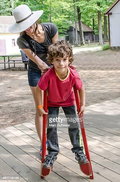 Junge zu Fuß mit Stelzen