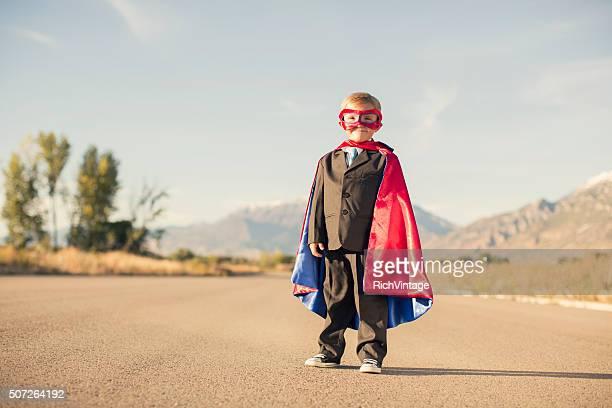 Young Boy コスチュームを着てスーパーヒーローのビジネススーツ