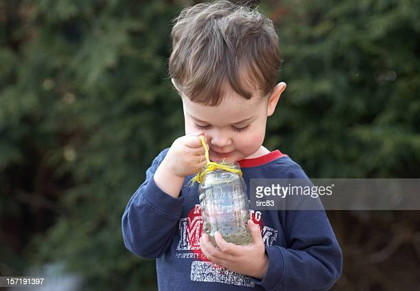 young boy con un pote de rana spawn - huevos de rana fotografías e imágenes de stock