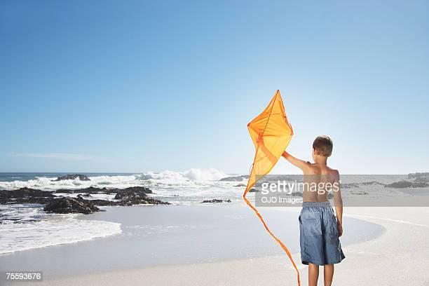 Ein Junge mit kite am Strand