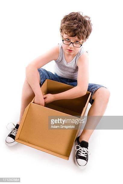 Jeune garçon avec boîte
