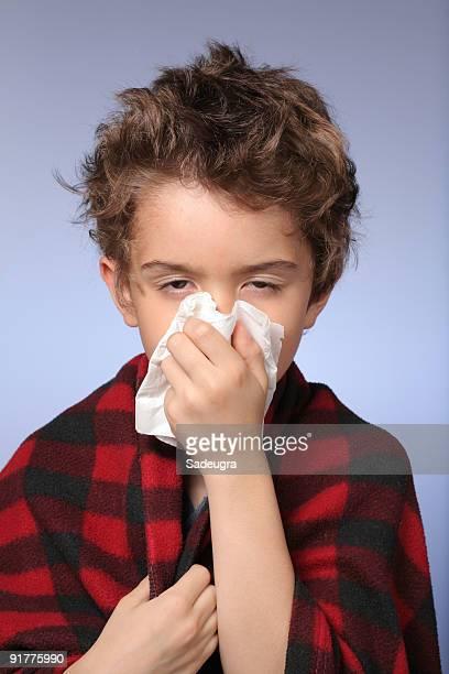 jeune garçon avec froid - handkerchief photos et images de collection
