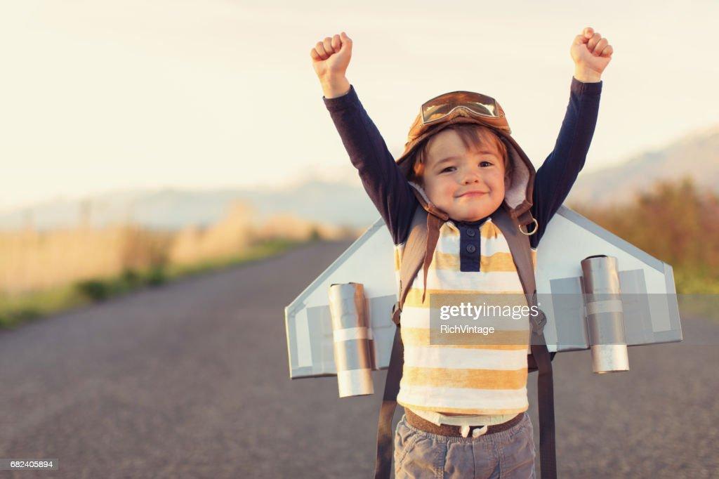 腕を上げるとジェット パックの少年 : ストックフォト