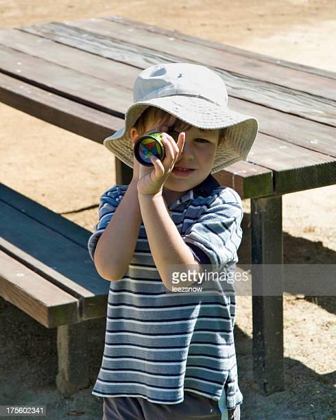 Junge mit Kaleidoskop