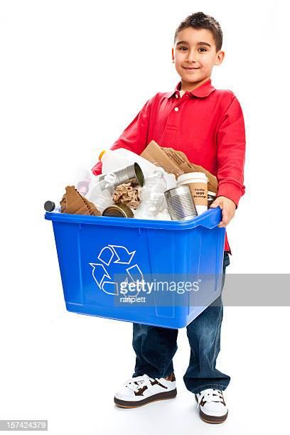 Jeune garçon isolé et poubelle de recyclage
