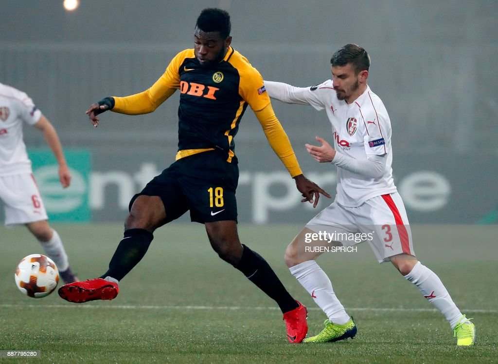 Young Boys' forward Jean-Pierre Nsame (L) and Skenderbeu's defender Gledi Mici fight for the ball during the UEFA Europa League Group B football match between Young Boys and Skenderbeu at Stade de Suisse stadium in Bern on December 7, 2017. / AFP PHOTO / Ruben SPRICH