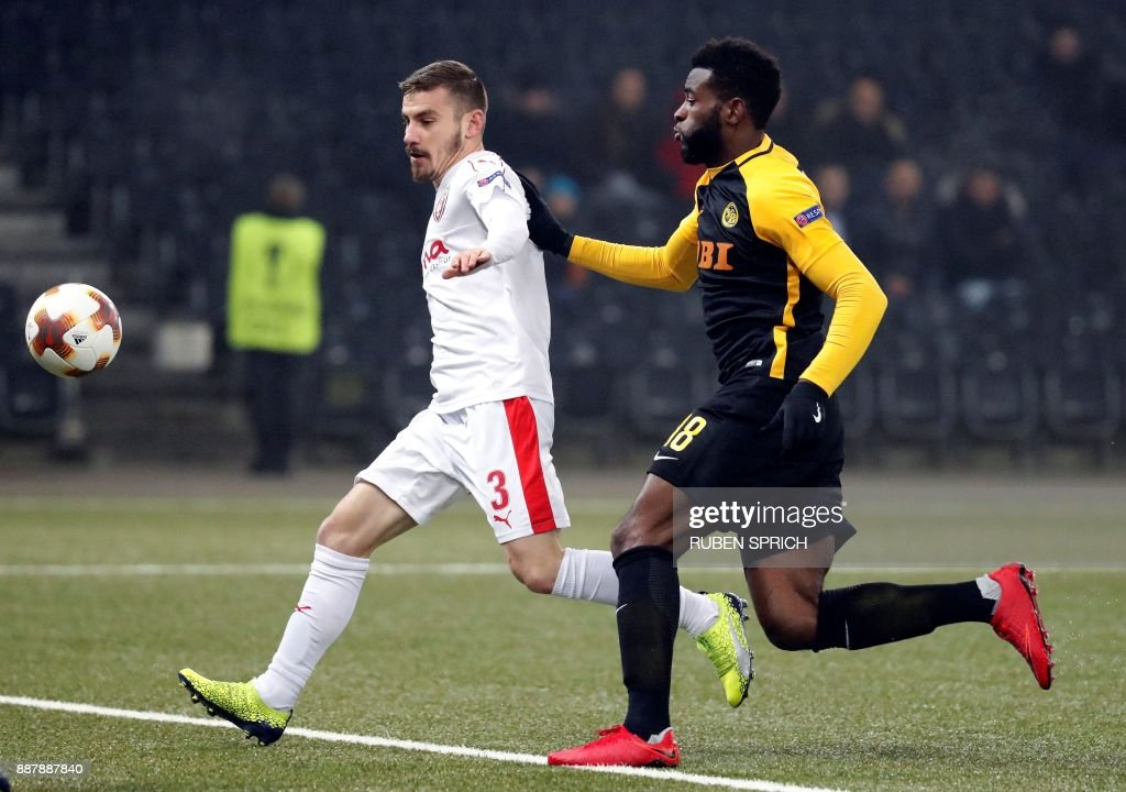 Young Boys' forward Jean-Pierre Nsame (R) and Skenderbeu's defender Gledi Mici vie for the ball during the UEFA Europa League Group B football match between Young Boys and Skenderbeu at the Suisse Stadium on December 7, 2017 in Bern. / AFP PHOTO / Ruben SPRICH