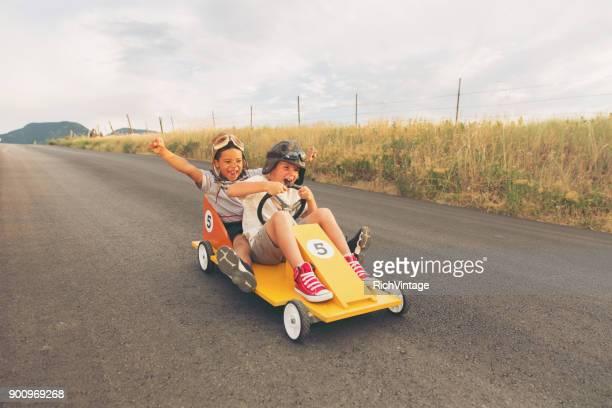 Jonge jongens zelfgemaakte Auto Racing