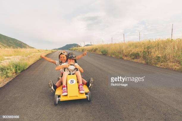 jóvenes, carreras de coches caseras - amarillo color fotografías e imágenes de stock