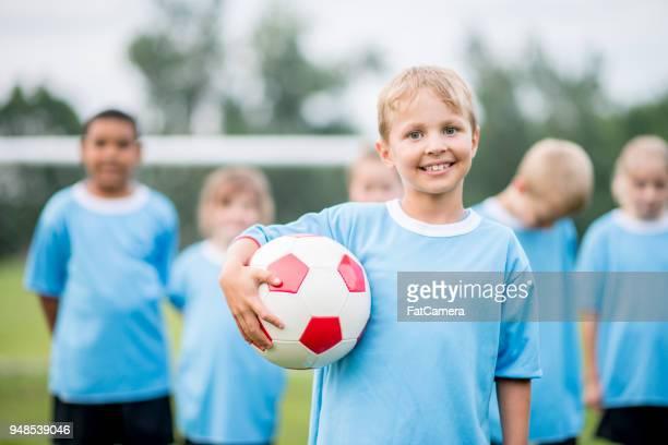 ritratto della squadra di calcio dei ragazzi giovani - fat soccer players foto e immagini stock