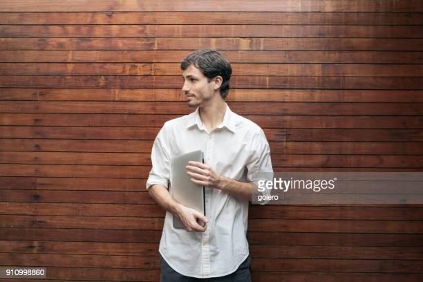 young brazilian man with laptop - fundador imagens e fotografias de stock