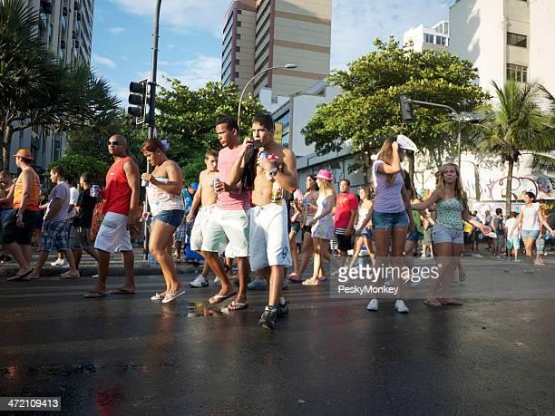 Jovem brasileiro pessoas após Bloco Festa de rua Carnaval no Rio de Janeiro