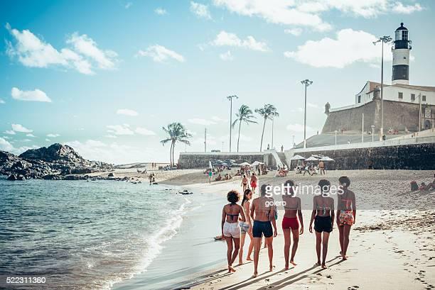 Jovem mulher brasileira a caminhar na praia de Salvador
