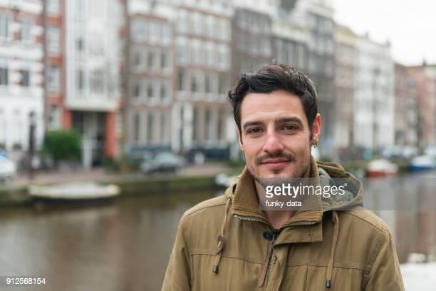 jonge britse man portret in amsterdam - nederlandse cultuur stockfoto's en -beelden