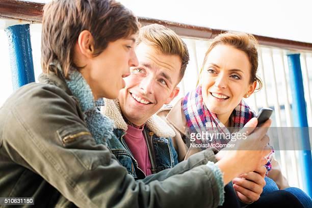英国若い女性の友人を 楽しませる 携帯電話
