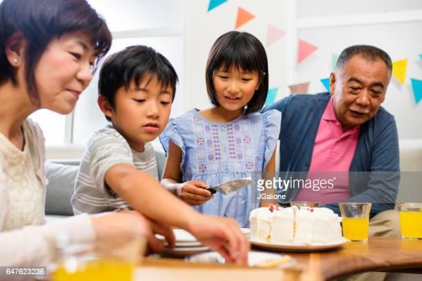 若い兄と妹の誕生日ケーキを提供