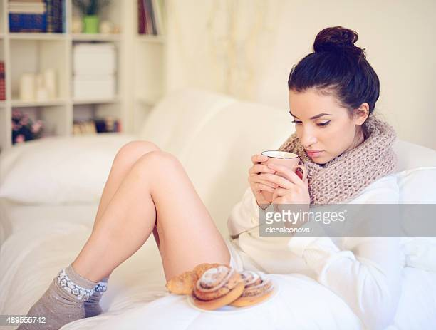 Jeune brunette Femme dans un intérieur de maison