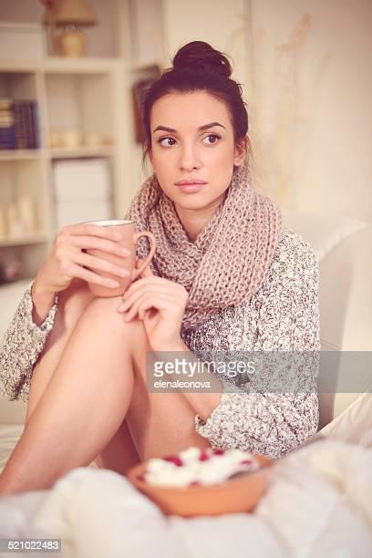 Jeune brunette Femme dans un intérieur de maison.