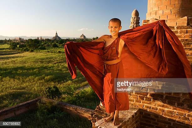 """Junge buddhistische Mönch schaut an der Bagan """" Panorama"""