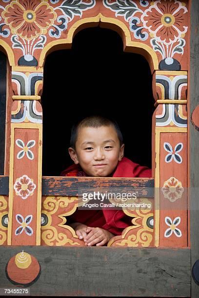 young buddhist monk, trashi chhoe dzong, thimphu, bhutan, asia - bhutan stockfoto's en -beelden