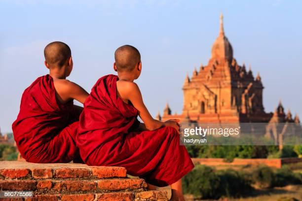 Junge buddhistische Mönche ruht auf den Tempel, Myanmar