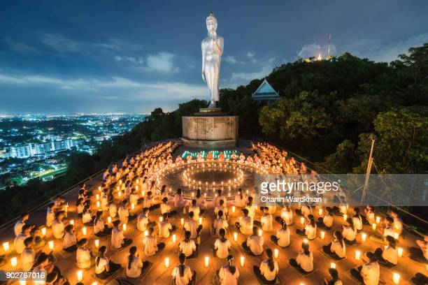 young buddhist novices with light from candle - strand pattaya stock-fotos und bilder