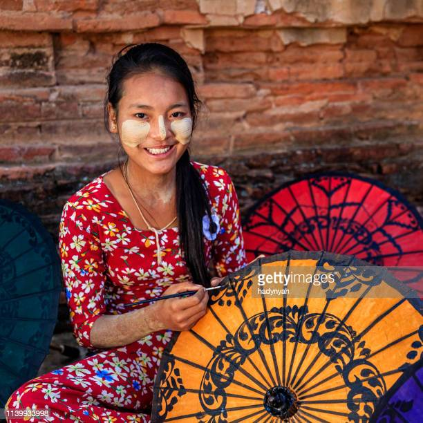 ミャンマーのバガンでカラフルな傘を塗る若いビルマの少女 - ミャンマー ストックフォトと画像