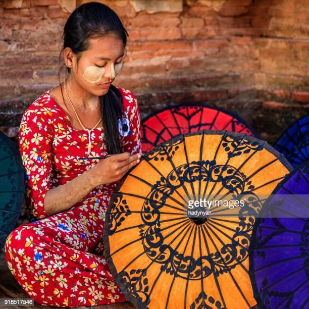 Jeune fille birmane peinture parapluies colorés à Bagan, Birmanie