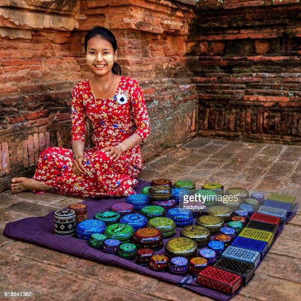 Jeune fille birmane vendant une laque à Bagan, Birmanie