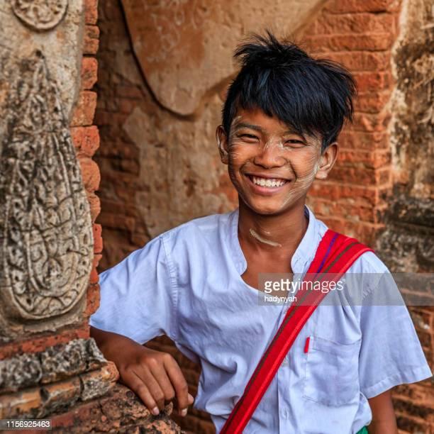 ミャンマーの旧バガン神殿に立つ若いビルマの男子生徒 - ミャンマー ストックフォトと画像