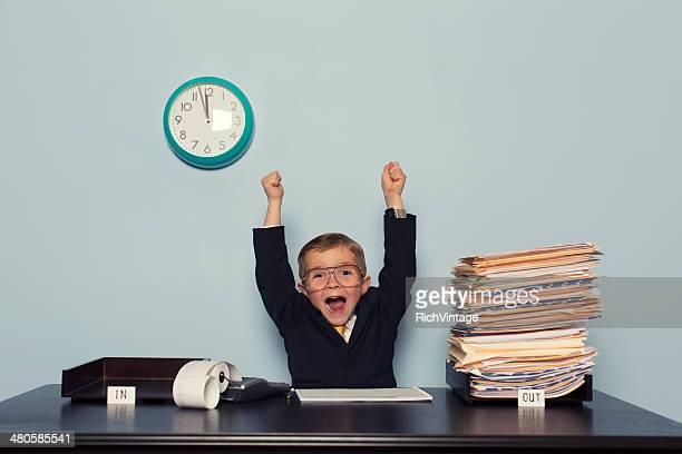 Young Boy de negocios, celebra con un proceso